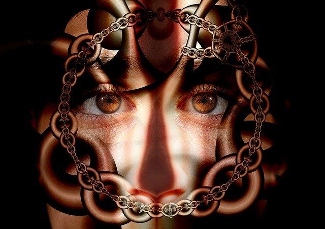 řetěz před obličejem