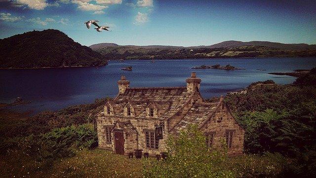 irské jezero a stará budova