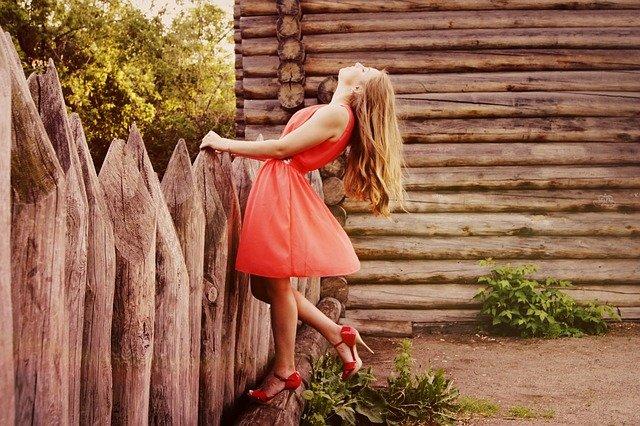 dívka na venkově v elegantních šatech