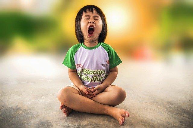 zívající dítě