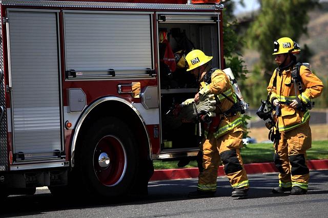 hasičský vůz a hasiči
