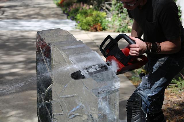 řezání ledu pilou