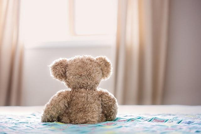 medvídek na matraci, okno
