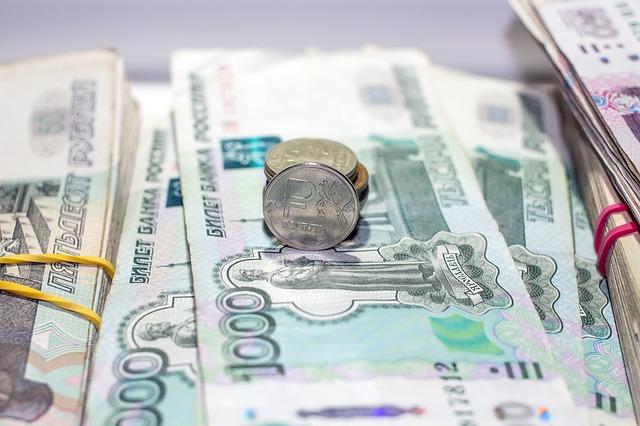 balíčky bankovek, rublů a pár mincí