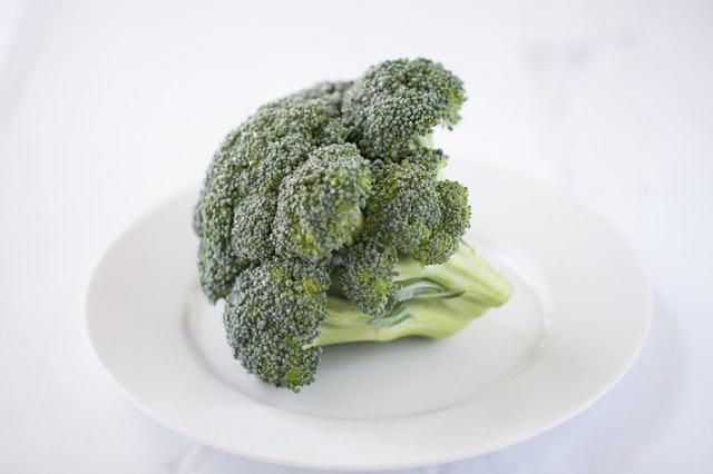 brokolice na talíři