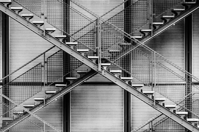 kovová křížící se schodiště