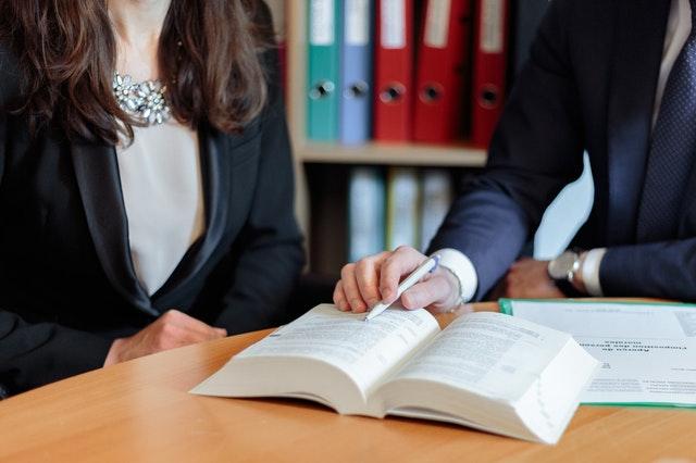 muž se ženou sedí nad dokumenty